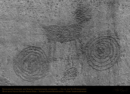 Monument_Valley_Eye_of_the_Sun_Petroglyph_X1560_inv
